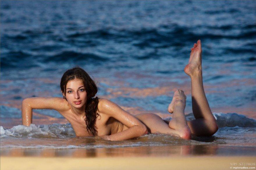 Прекрасная клубничка - обнаженная тёлка в море