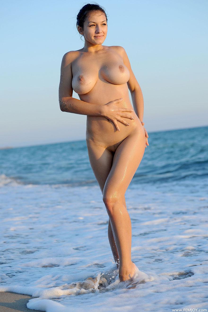 Картинках сиськастой блондинки в лодке на песке