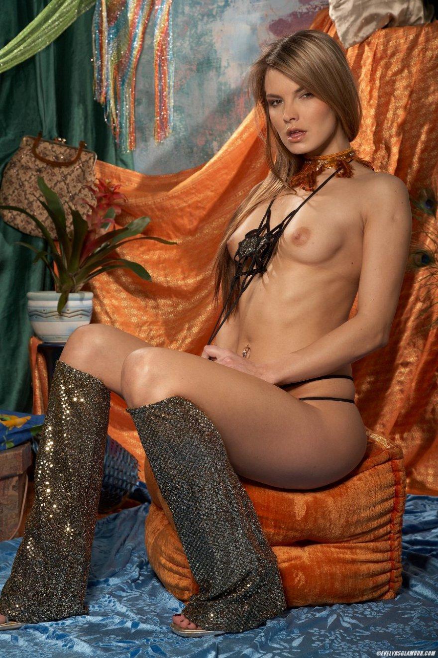 Красивая блондиночка в цирковом костюме