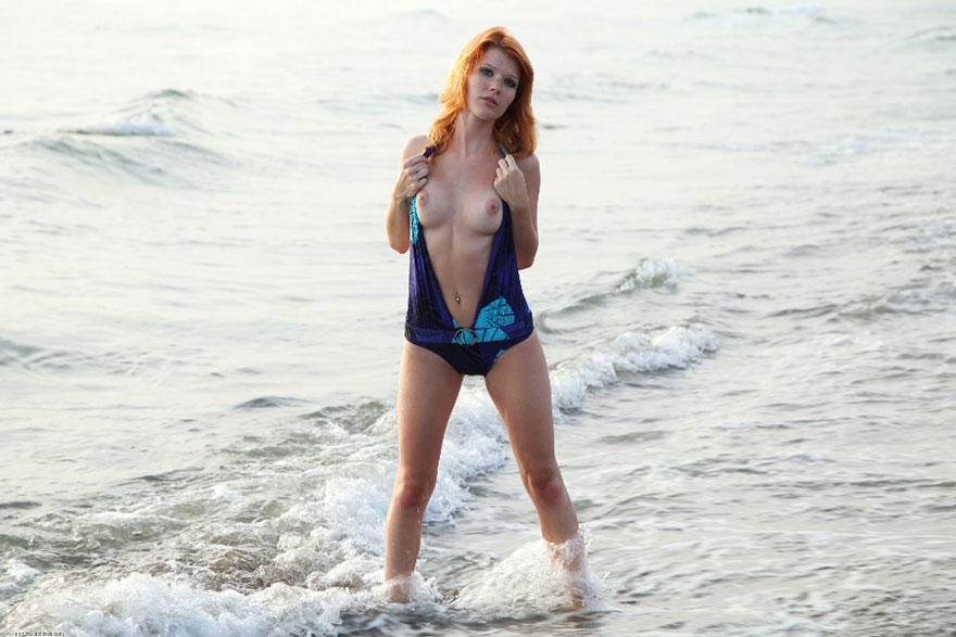 Эротические изображения рыжей красотки на море смотреть эротику