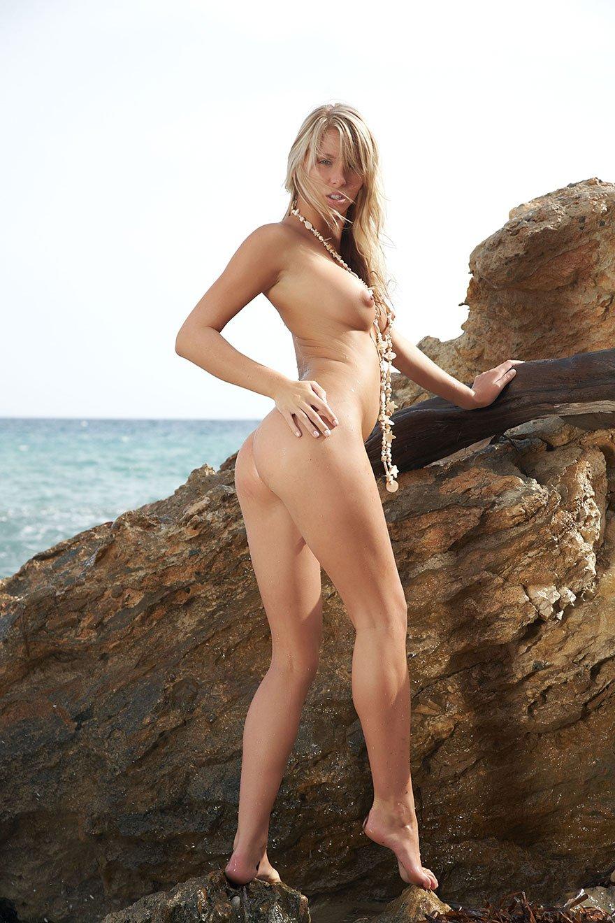 Фото голой загорелой блондинки на море