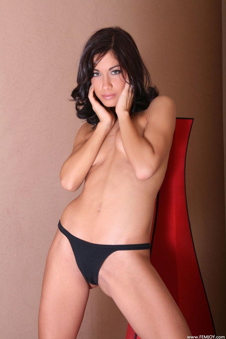 Фото голых брюнеток с маленькой грудью