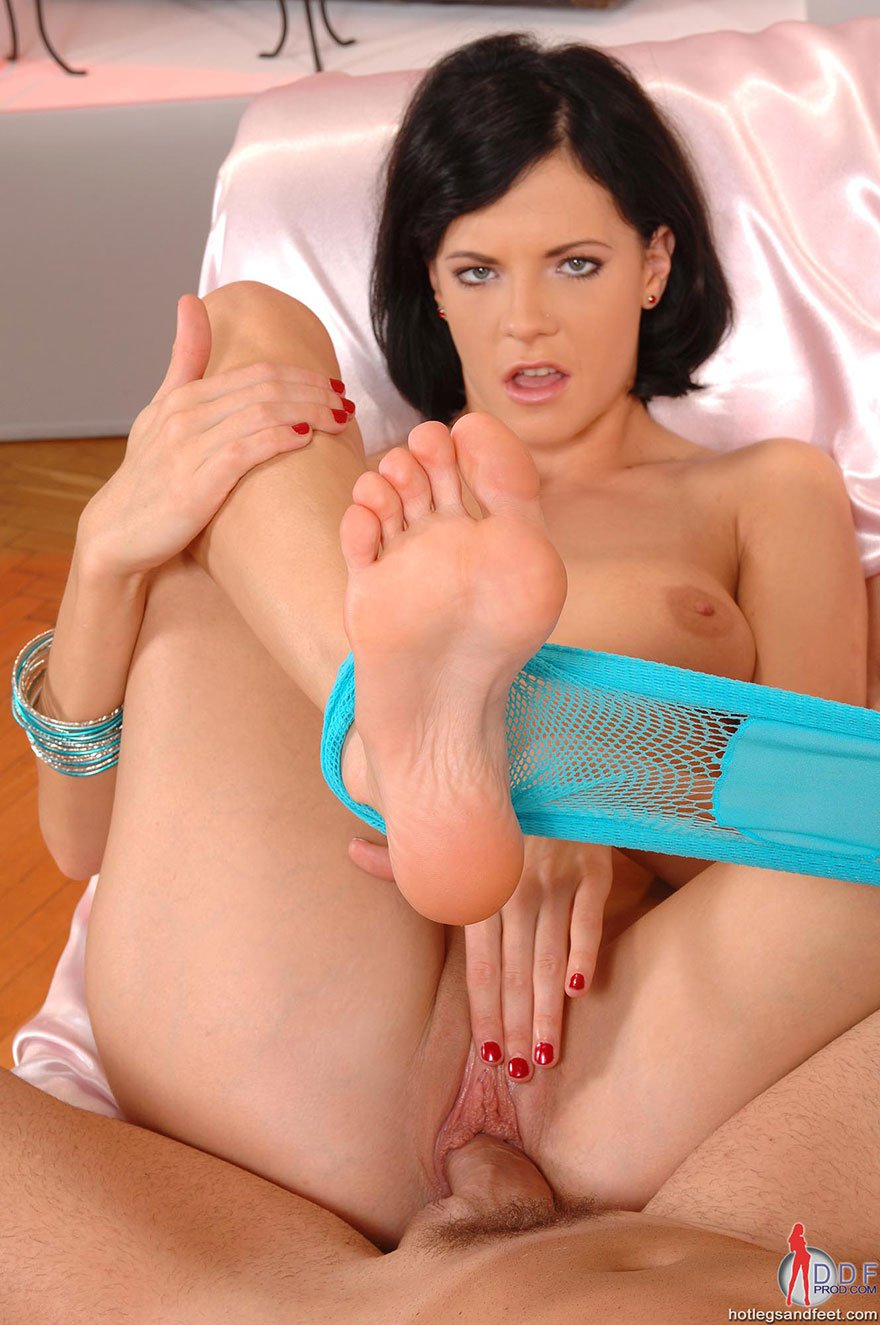 Соблазнительная брюнетка искушает фаллос ногами и берет в рот секс фото