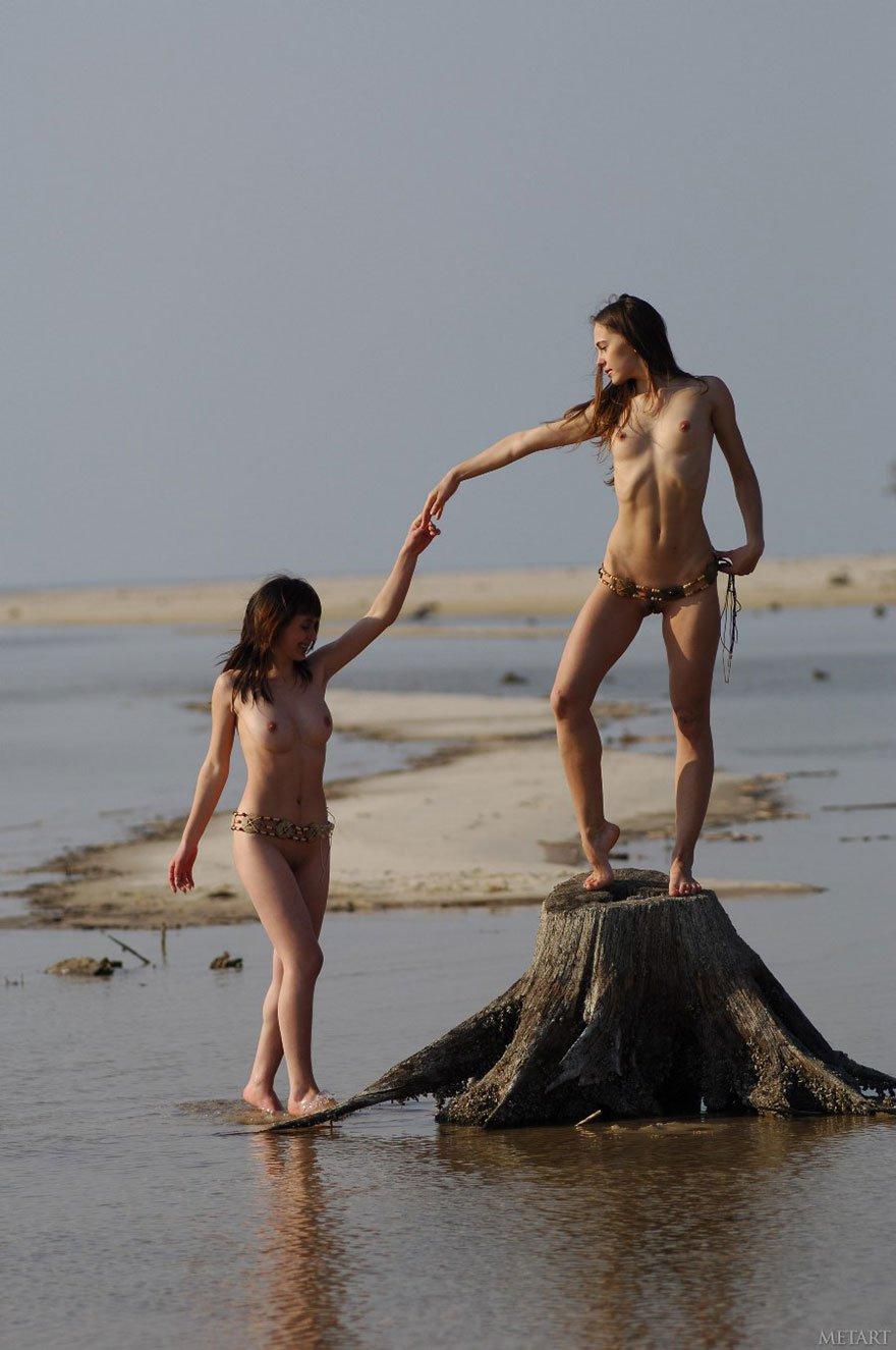 Две стройные голые девушки на реке