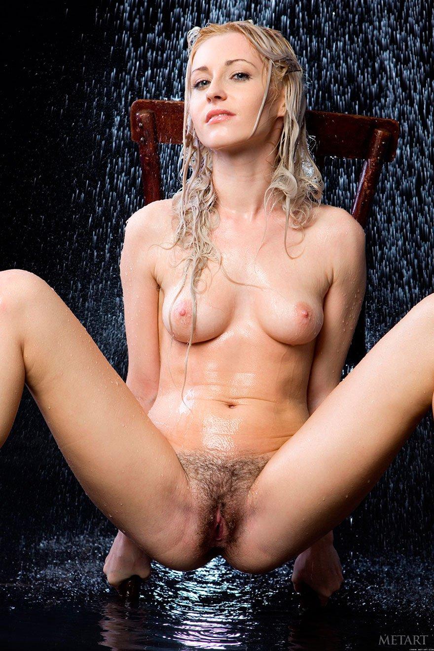 Эротические фото красивой блондинки под струями воды