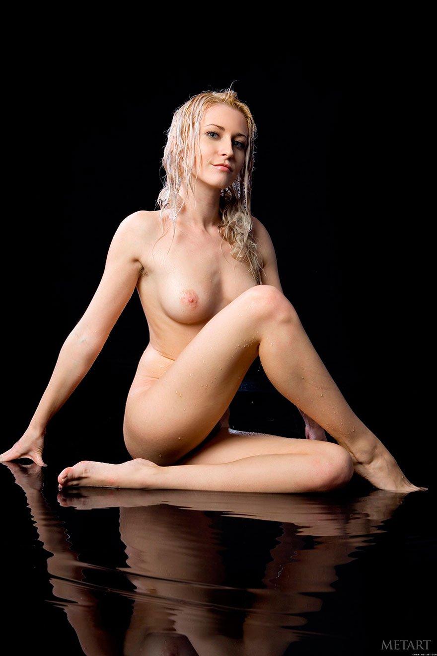 Эро картинки роскошной блондинки под струями душа