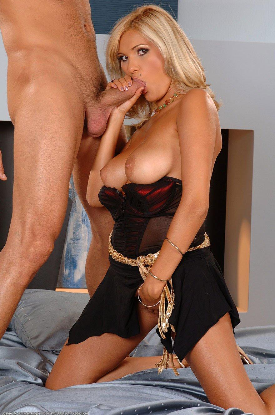 Ебля с сисястой блондинкой секс фото