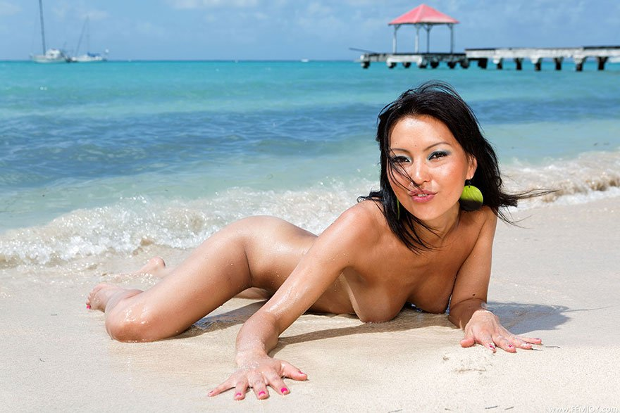 Молодая азиатка возле океана - фото клубничка