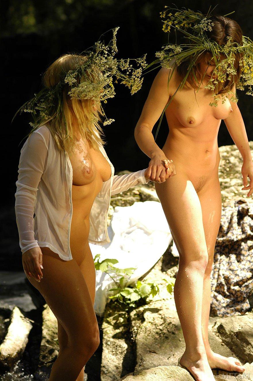 голые брюнетки гуляют на поляне цветов