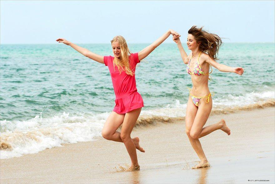 Две молоденькие блондинки на тропическом острове