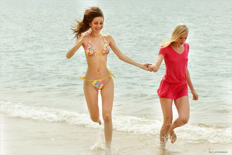 2е совершеннолетние блондинки на тропическом острове