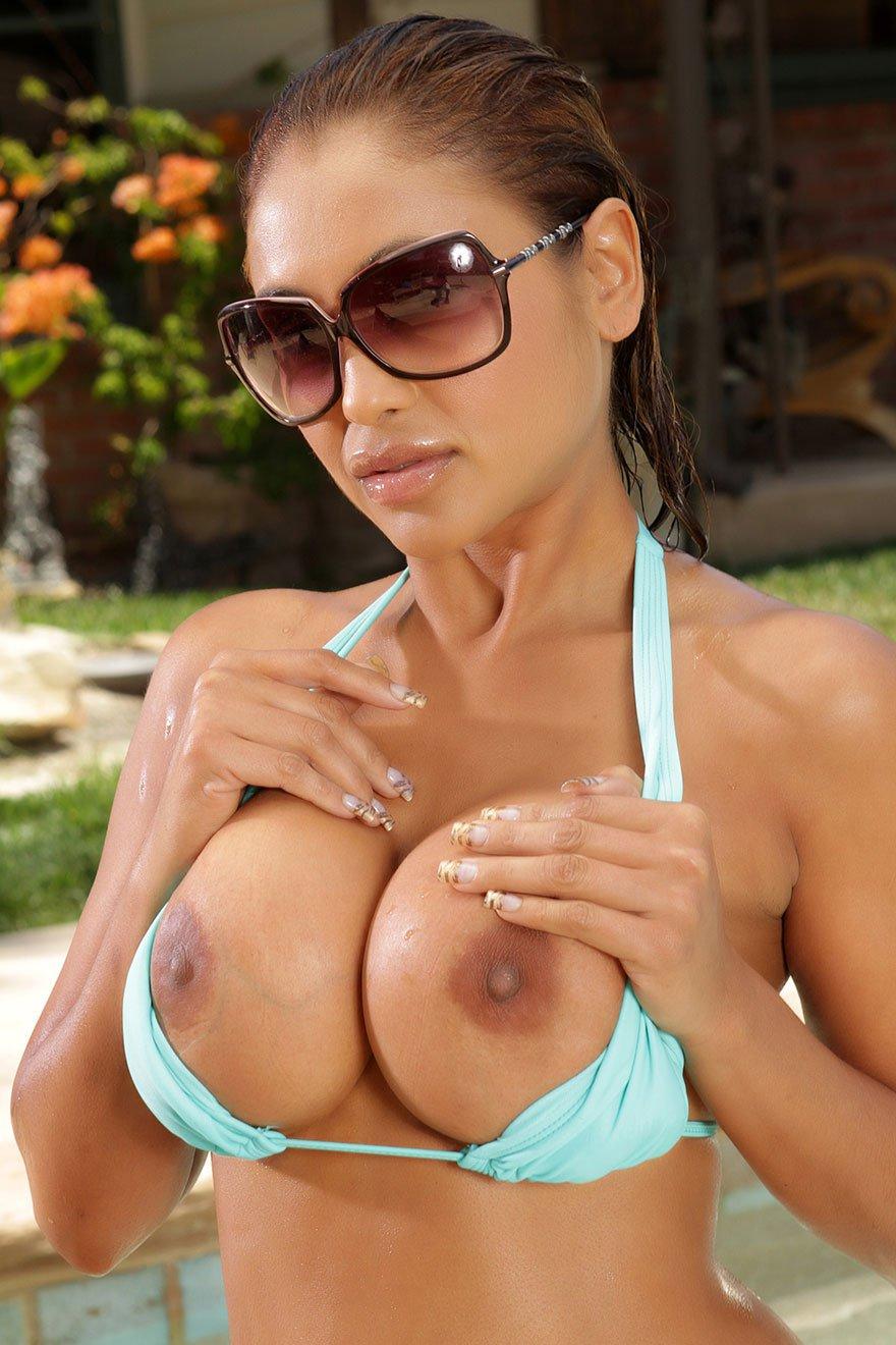 Смуглая милашка с громадными грудями у бассейна