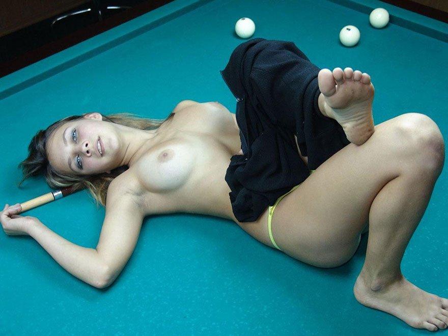 Любительские фотках 18-летней девушки на бильярдном столе