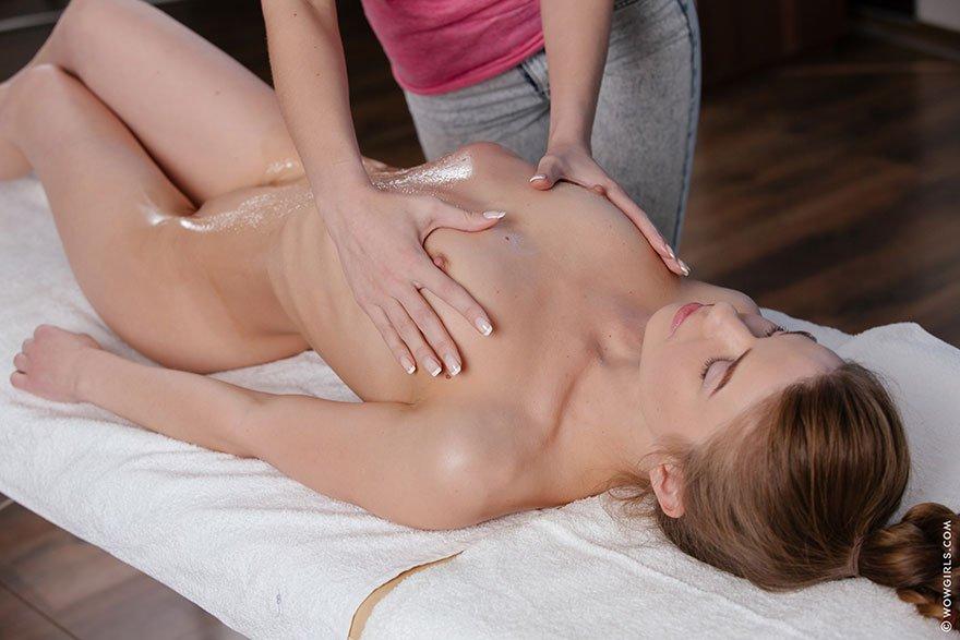 Молоденькие девушки делают массаж приглашу эротический массаж