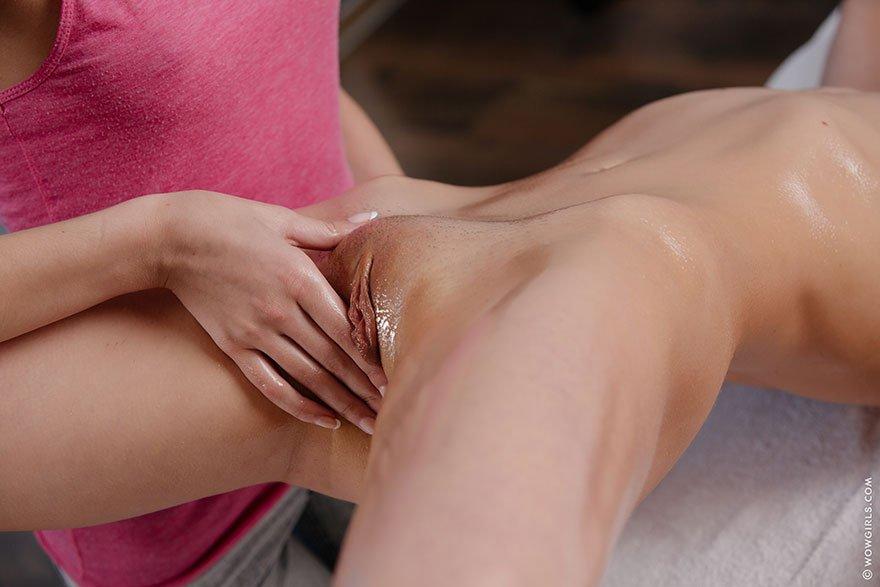 2е бляди делают друг другу массаж