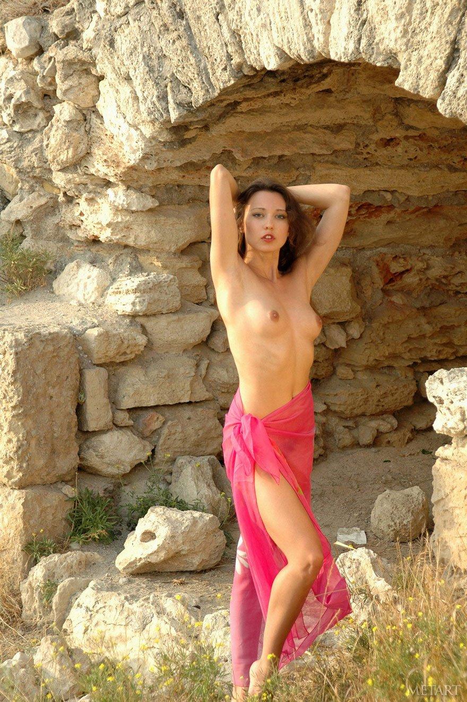 20-летняя девка делает селфи обнаженная среди древних развалин секс фото