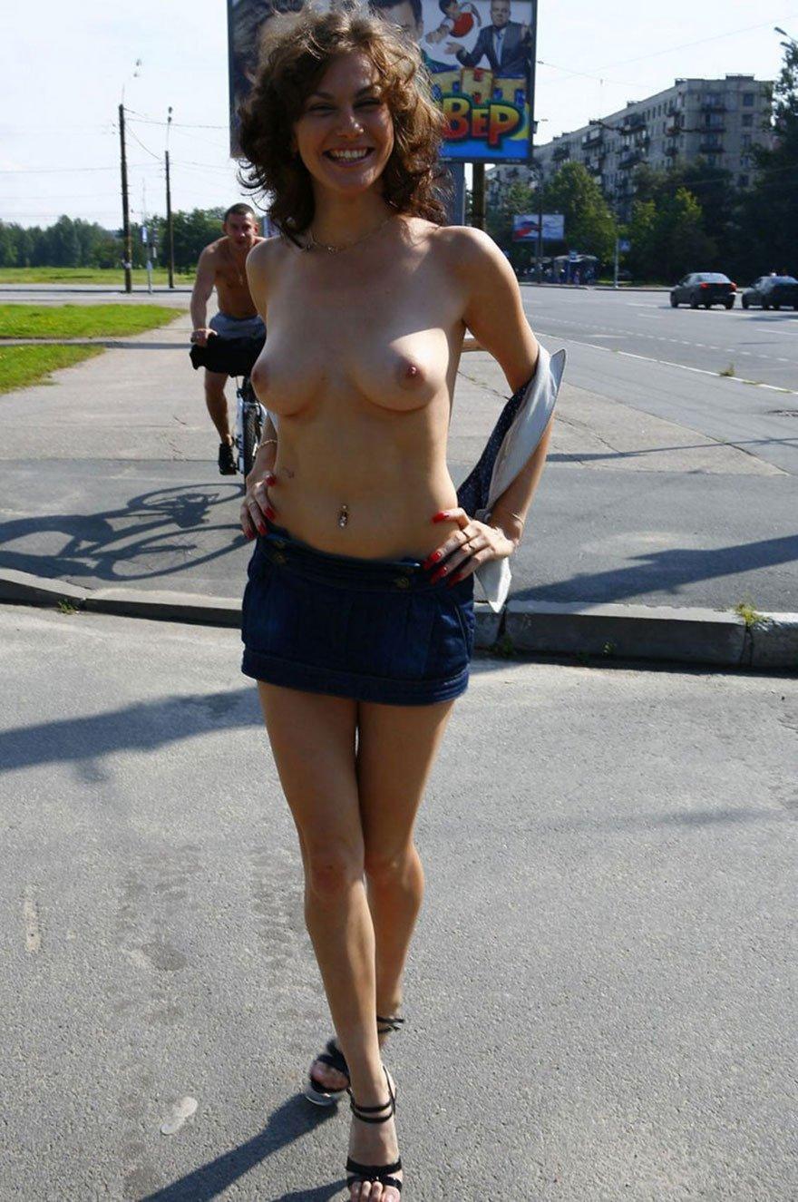 Обнаженные девушки на улицах россии видео фото 550-880