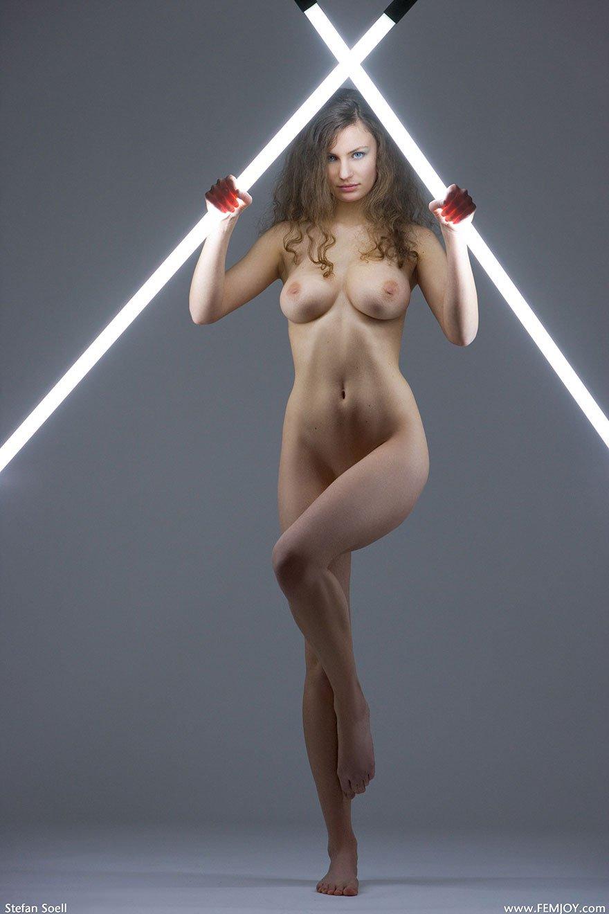 Светловолосая девушка с возбужденной фигурой блистает в студии