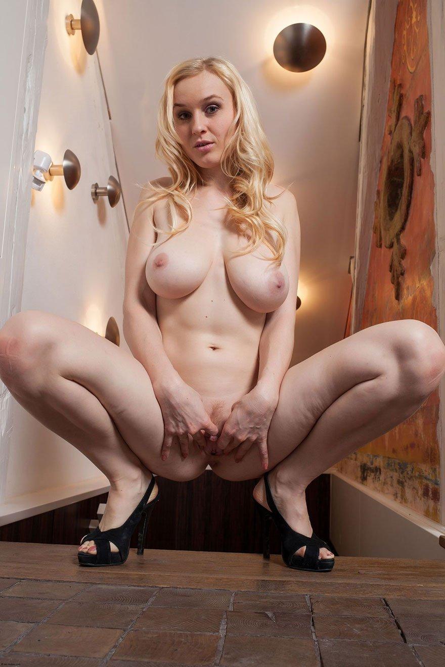 Эротические фото блондинки с большими сиськами