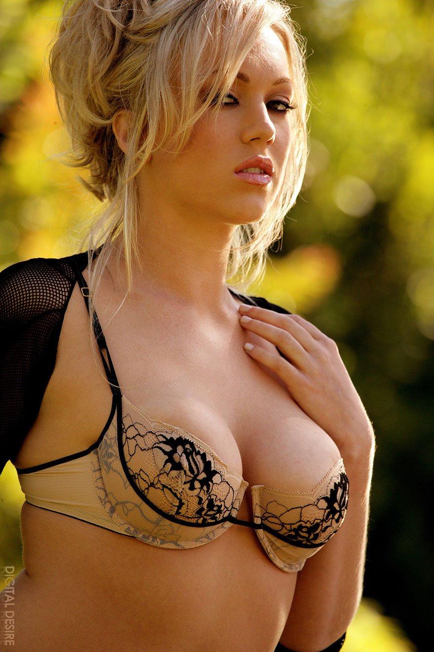 Сочная блондинка раздевается 28 фотография