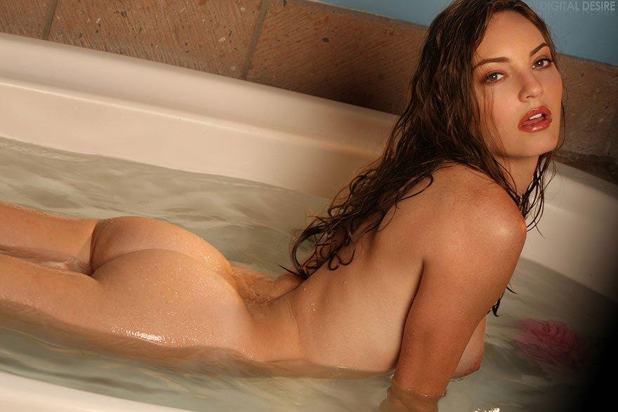 Блондинка с красивой грудью купается в ванной