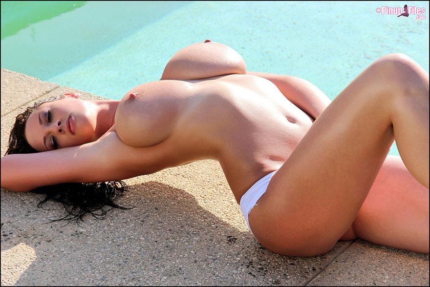 Темненькая девушка с большими буферами возле бассейна смотреть эротику