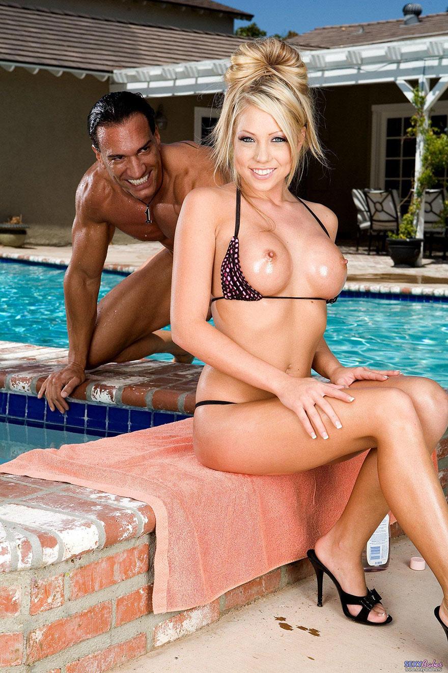 Секс у бассейна блондинка