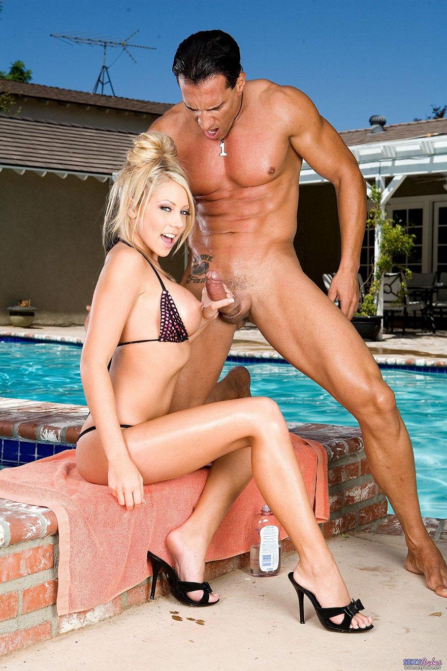 Секс у бассейна с блондинкой
