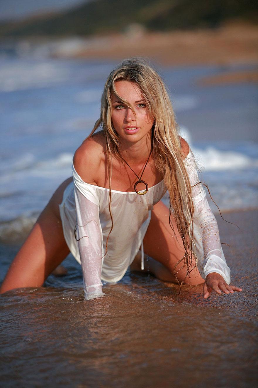 Блондинка с длинными волосами купается в бурном море