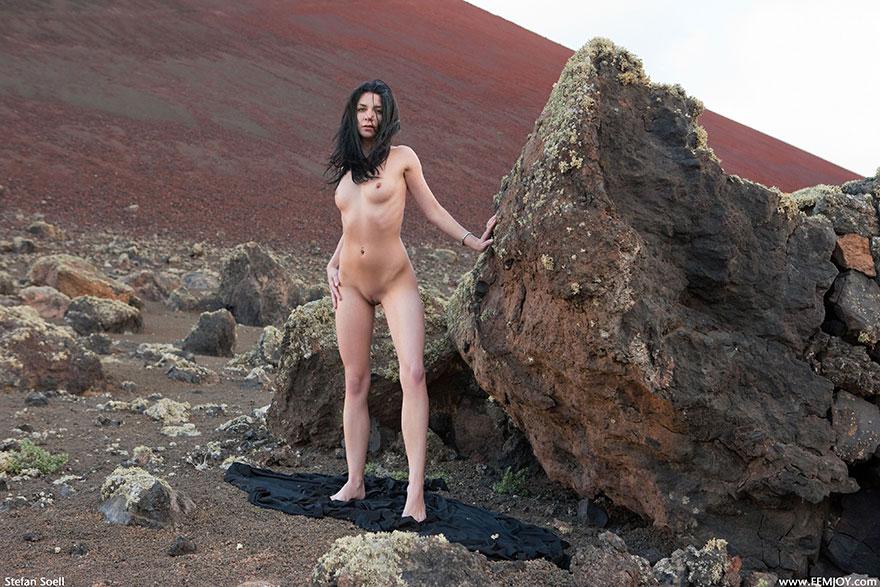 Раздетая шатенка под огромным камнем - клубничка в укромном месте