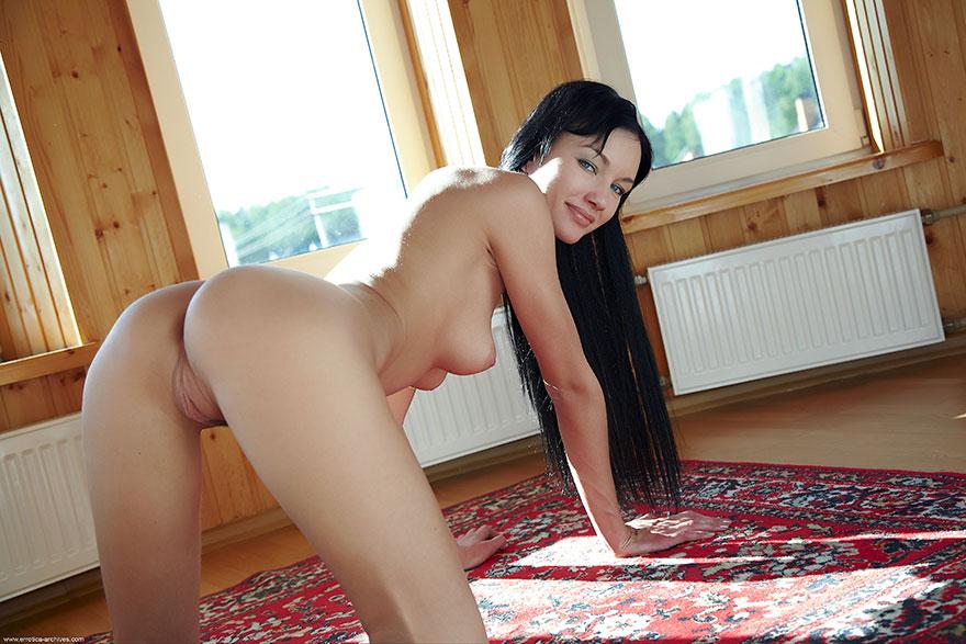 Брюнетка с длинными волосами - голая на подоконнике