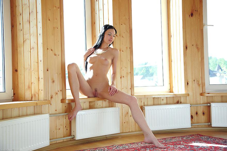 Темноволосая девка с хорошими волосами - голая на подоконнике