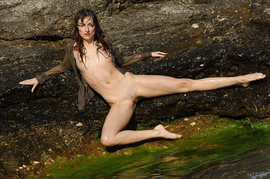 Эротические фотографии раздетой телки на скале