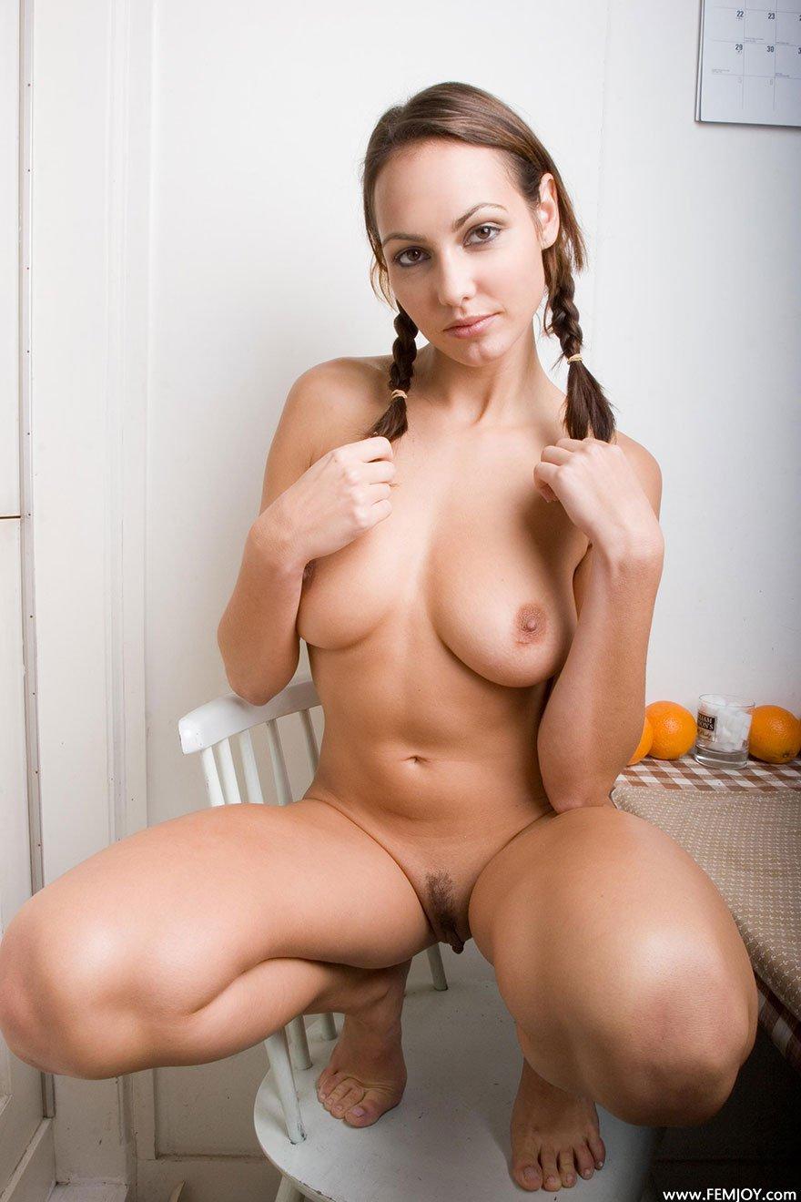 Чика с красивой грудью на обеденном столе