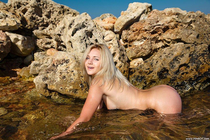 Эротические картинки прелестной девушки на море