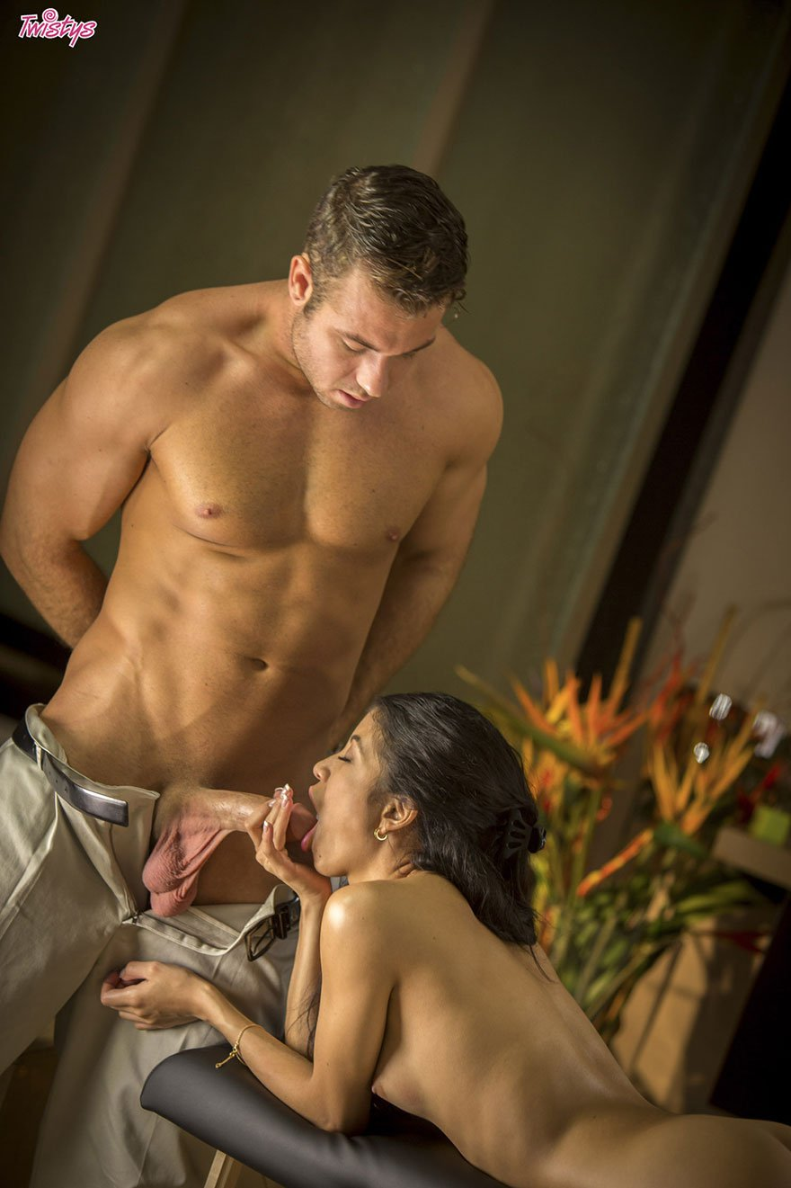 Секс красивой женщины с массажистом