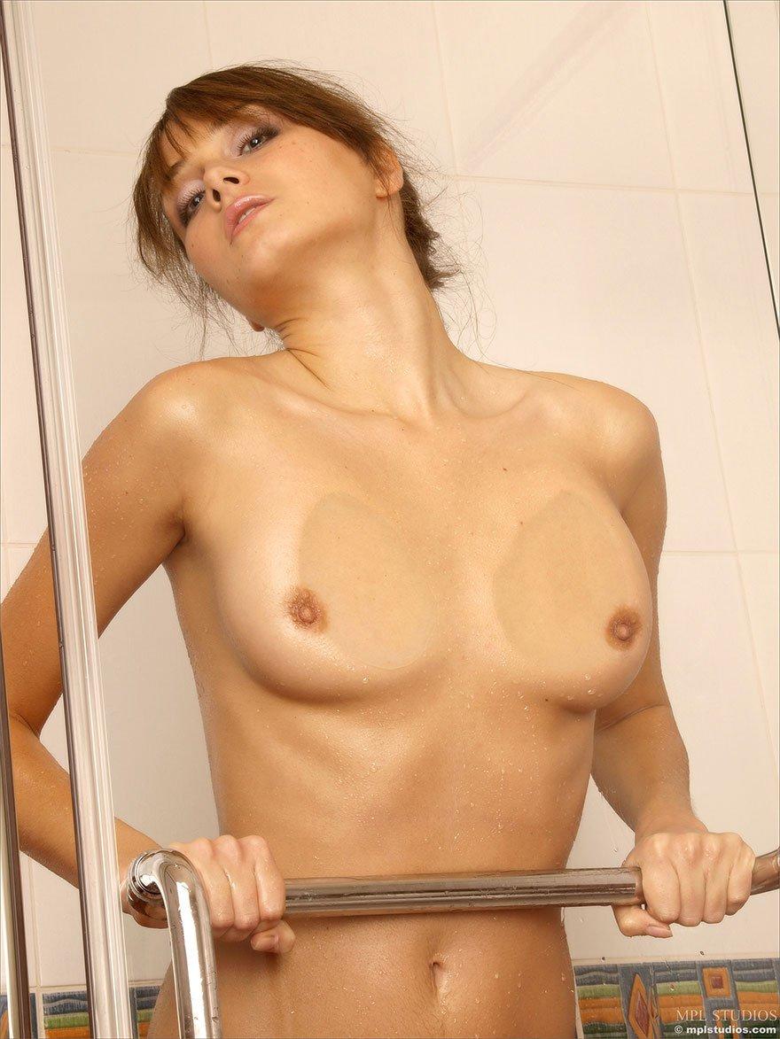 Девка в мокрой маечке в ванной