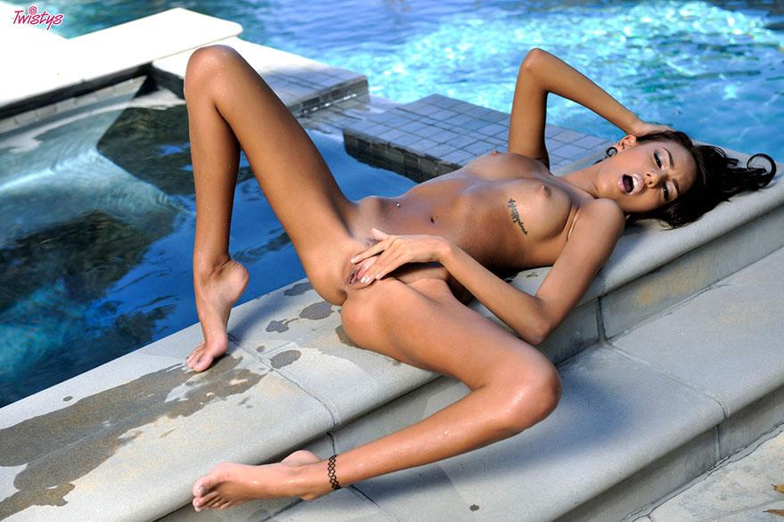 Эротические фото загорелой брюнетки в бикини