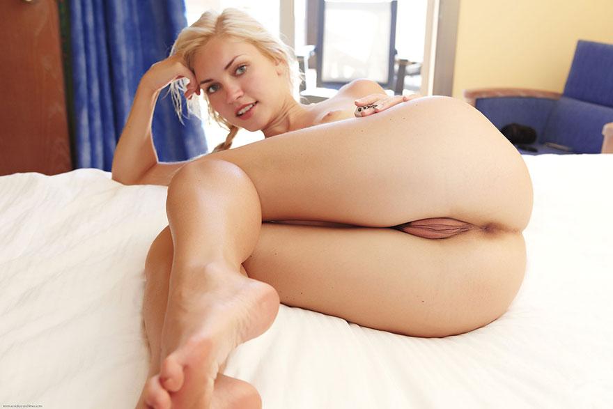 Небольшие буфера костлявой блондинки в койке