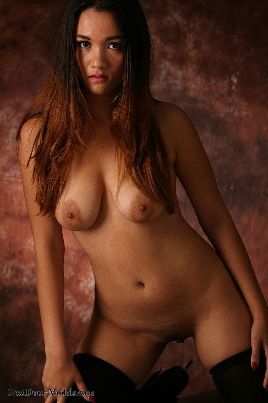 Красотка в эротичном боди и чулках