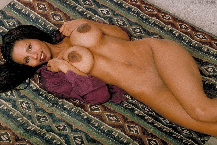 Большегрудая брюнетка на тахте - порно фото секс фото