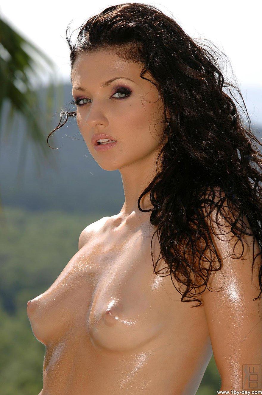 Русая порноактрисса с зелеными глазами принимает солнечные ванны на берегу моря смотреть эротику