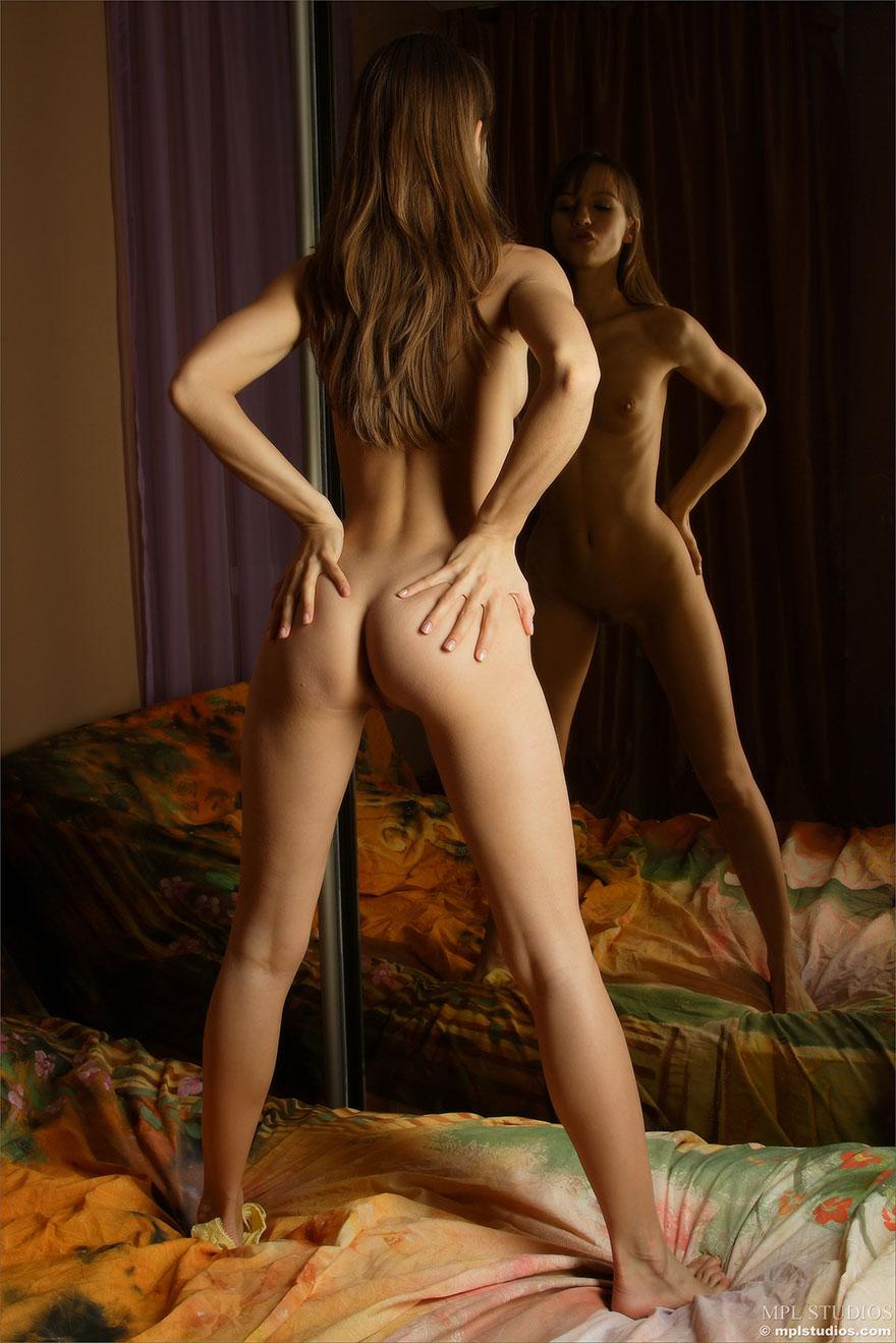 Девушка шатенка снимает трусики и позирует перед зеркалом