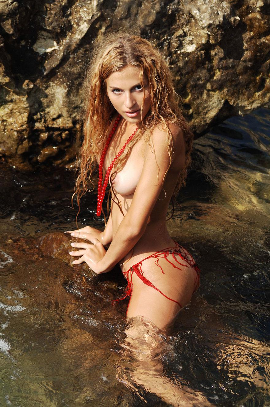 Классная блондиночка - фотки сучки на песке