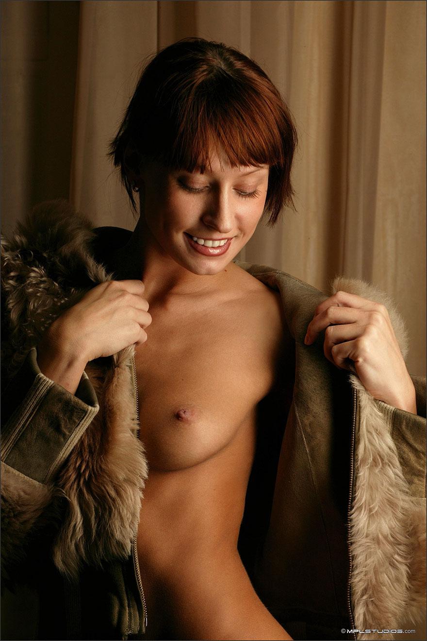 Фото рыжей актрисы в шубке на голое тело