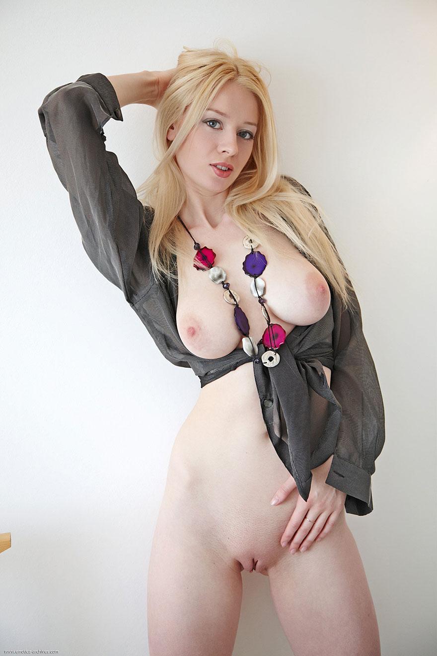 Смотреть шикарная блондинка с большой грудью показывает письку 5 фотография