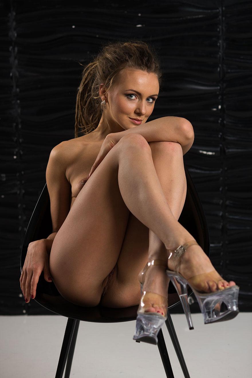 Эротические фото брюнетки в тёмном кружевном боди