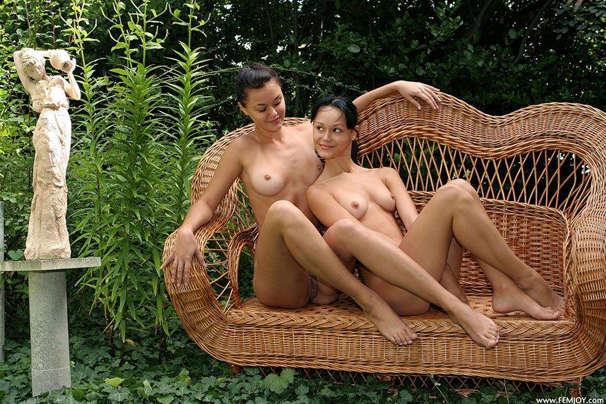2е девахи фотографируются раздетые на скамье в укромном месте