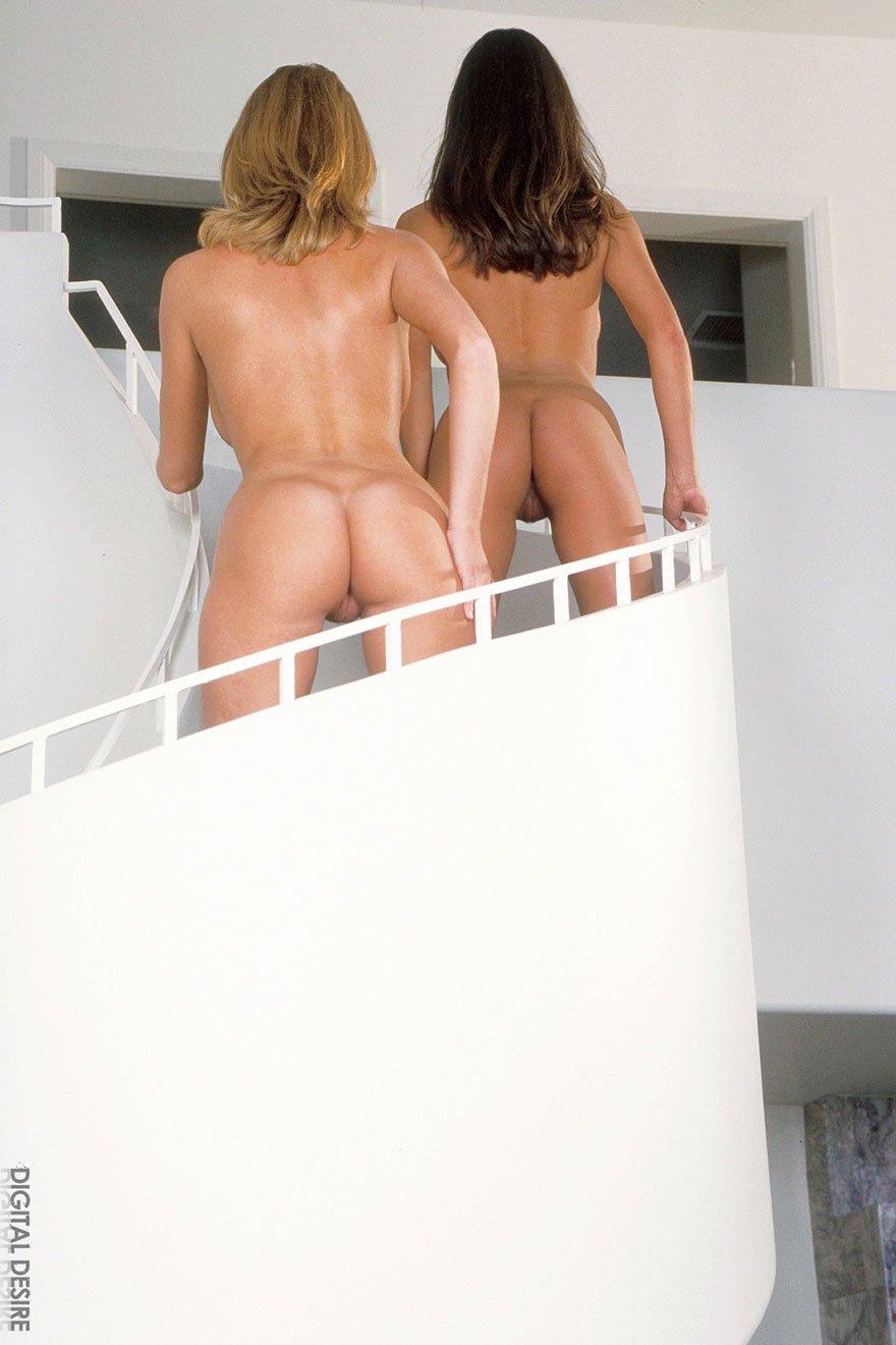 Две голые блондинки эротично позируют на лестнице