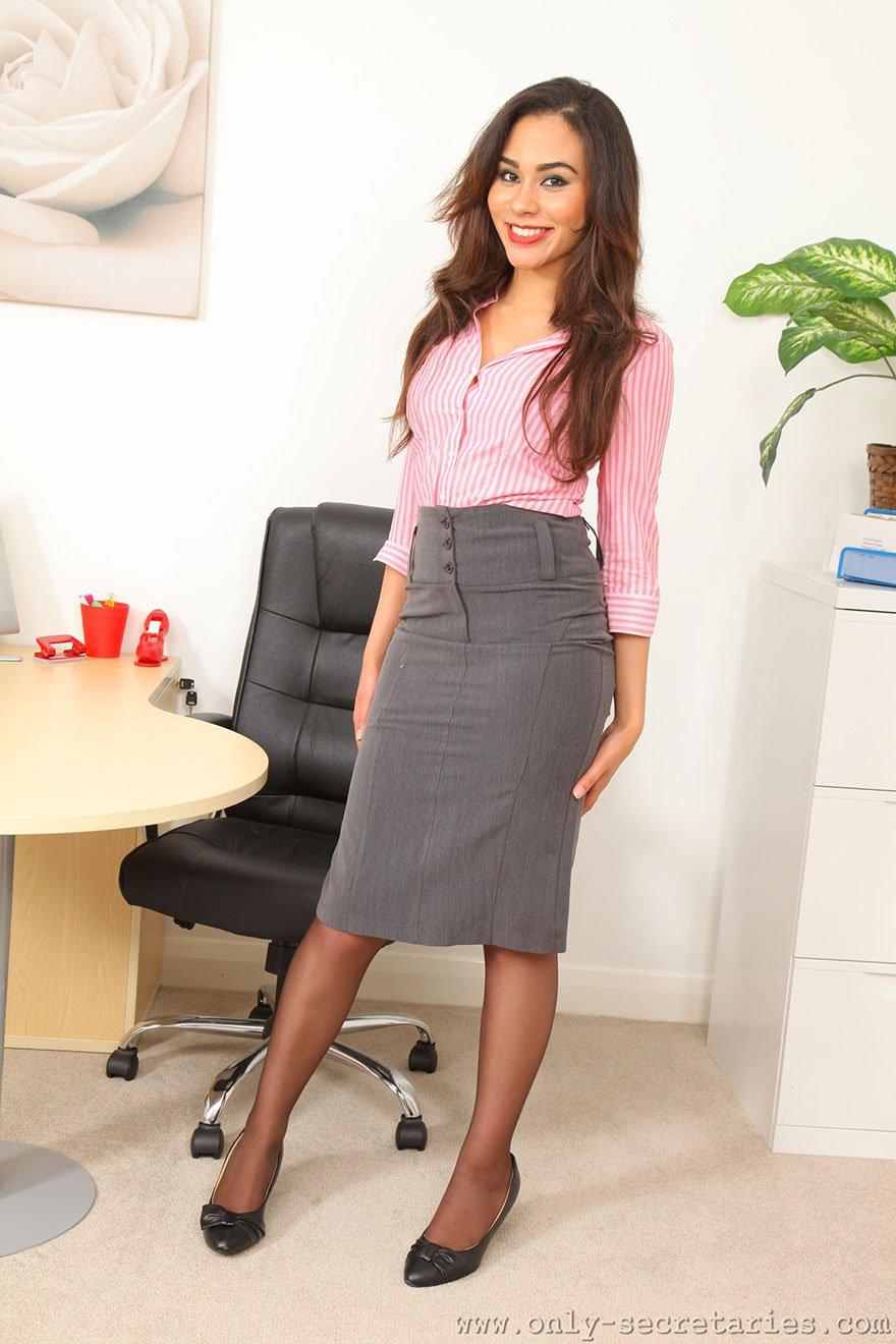 Секретаршу на столе в чулках 25 фотография